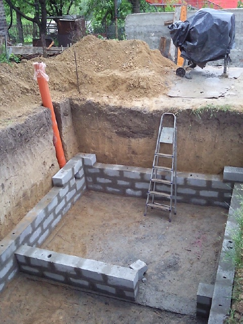 Кладка стен погреба 1
